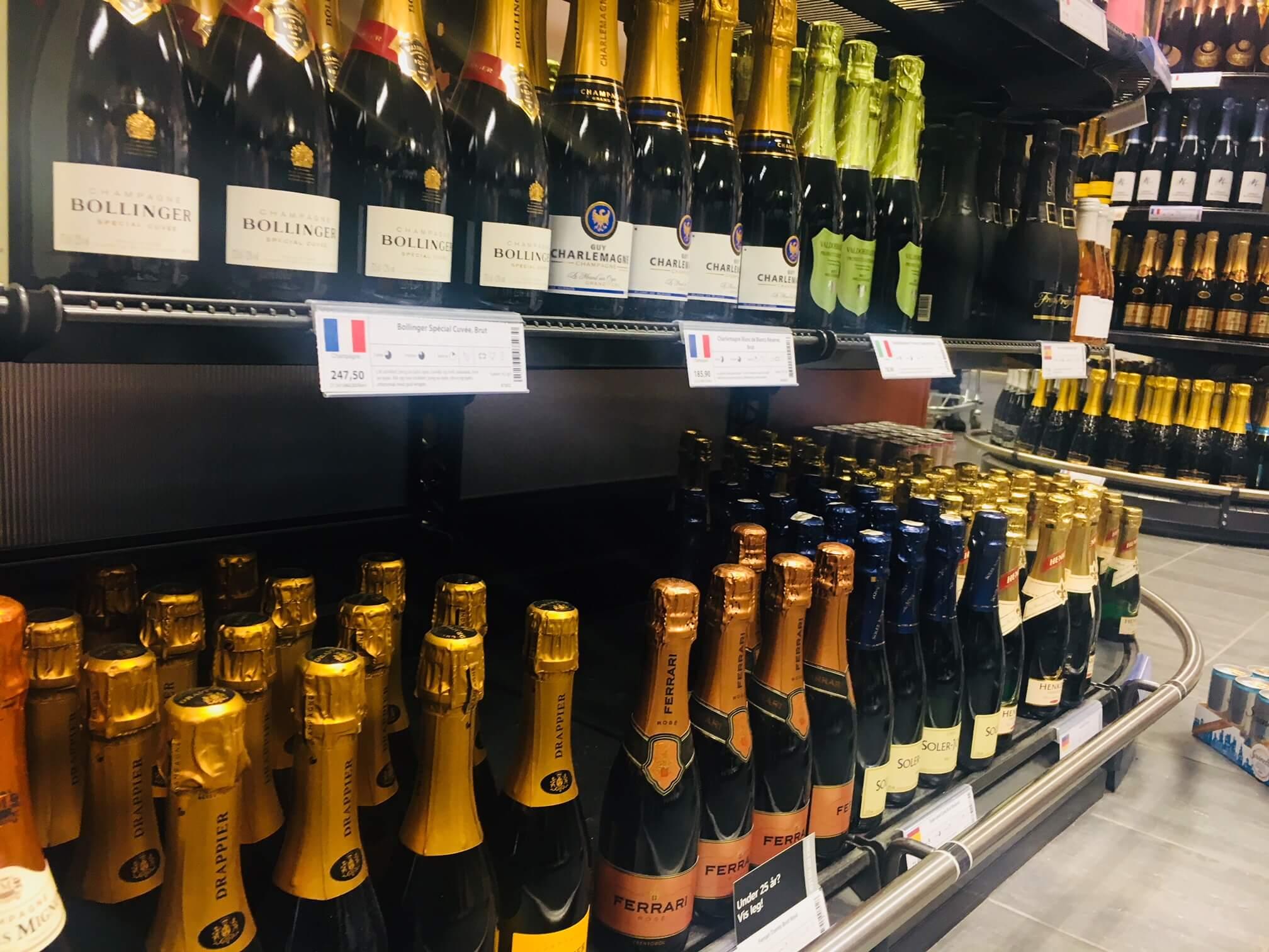 Skal du gi bort en vin i julegave eller trenger du tips til vin til jul? Her er noen forslag til små og store flasker, med og uten bobler.