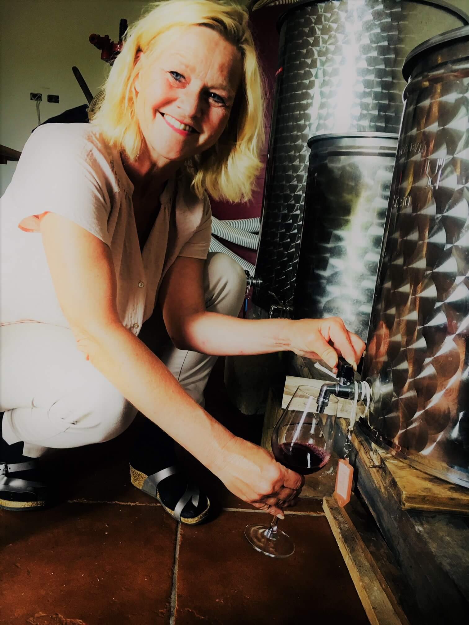 Hvor lang tid tar det fra druene høstes til den blir til drikkbar vin? 2017-årgangen fra vingården i Italia ga svært lite vin. 8 måneder etter innhøsting det klart for smaking. Det er noen få, men edle dråper.