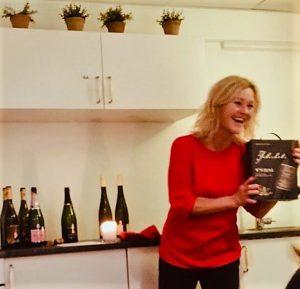 Hvilken vin drikker du til jul? Jeg har valgt meg ut en del viner, deriblant to røde og rimelige italienske viner. I fjor jul gikk det mye mer vin enn jeg var forberedt på, så i år vil jeg også vin i hus som både passer til jul og ikke knekker julebudsjettet. De kan du lese om her. Verdt en bestilling.