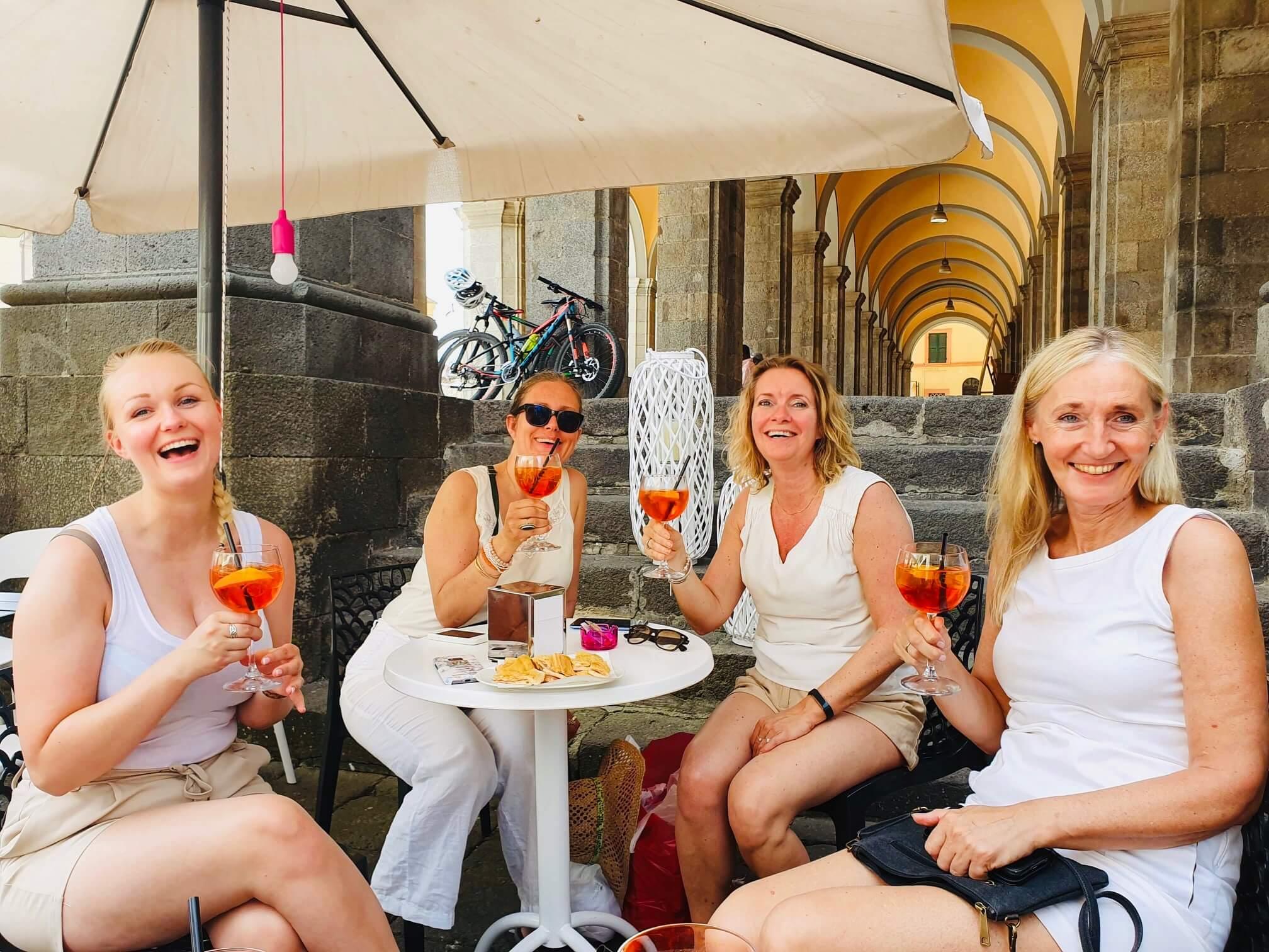 Drømmer du om noe, men lar det bli med tanken fordi du ikke har noen å gjøre det med? La deg inspirere av åtte vågale damer på vinkurs i Italia.
