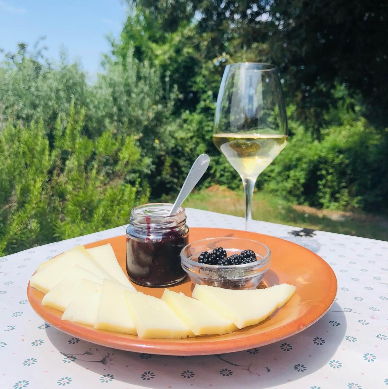 Bjørnebær, ost og vin