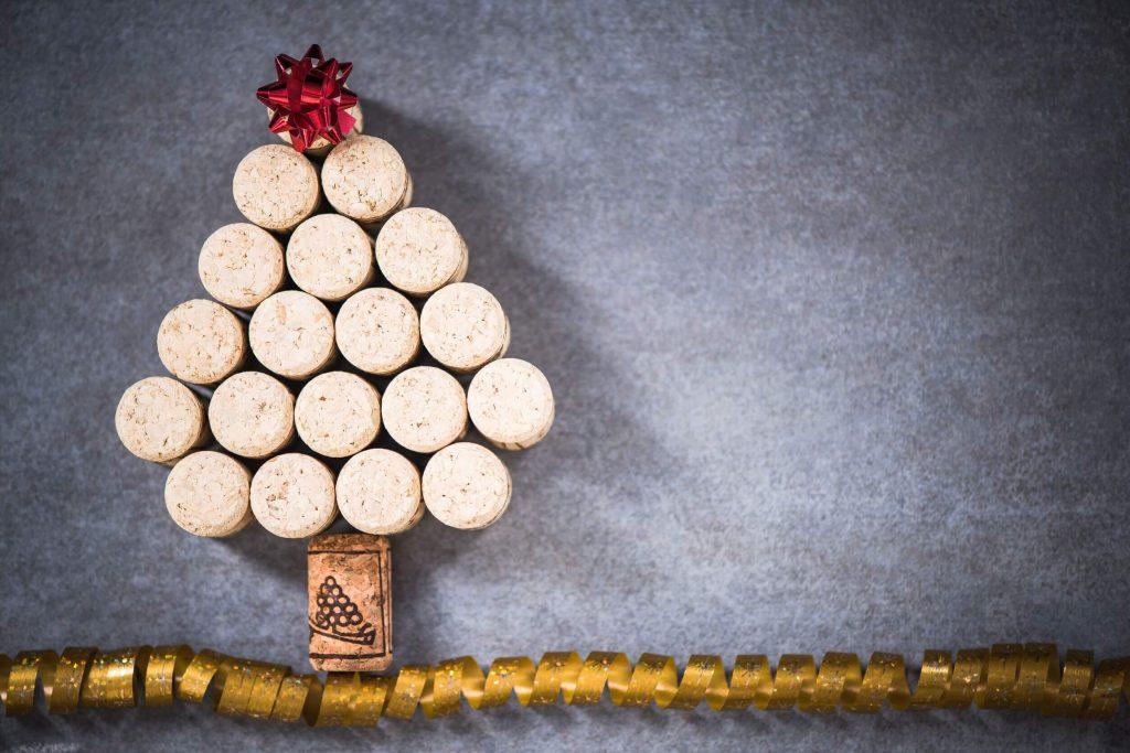 Den norske tradisjonen er øl og akevitt. Men mange av oss foretrekker vin til jul og nyttår. Her kommer noen forslag til drikke som bør passe. Norsk sider, musserende, hvitvin og rødvin står på menyen.
