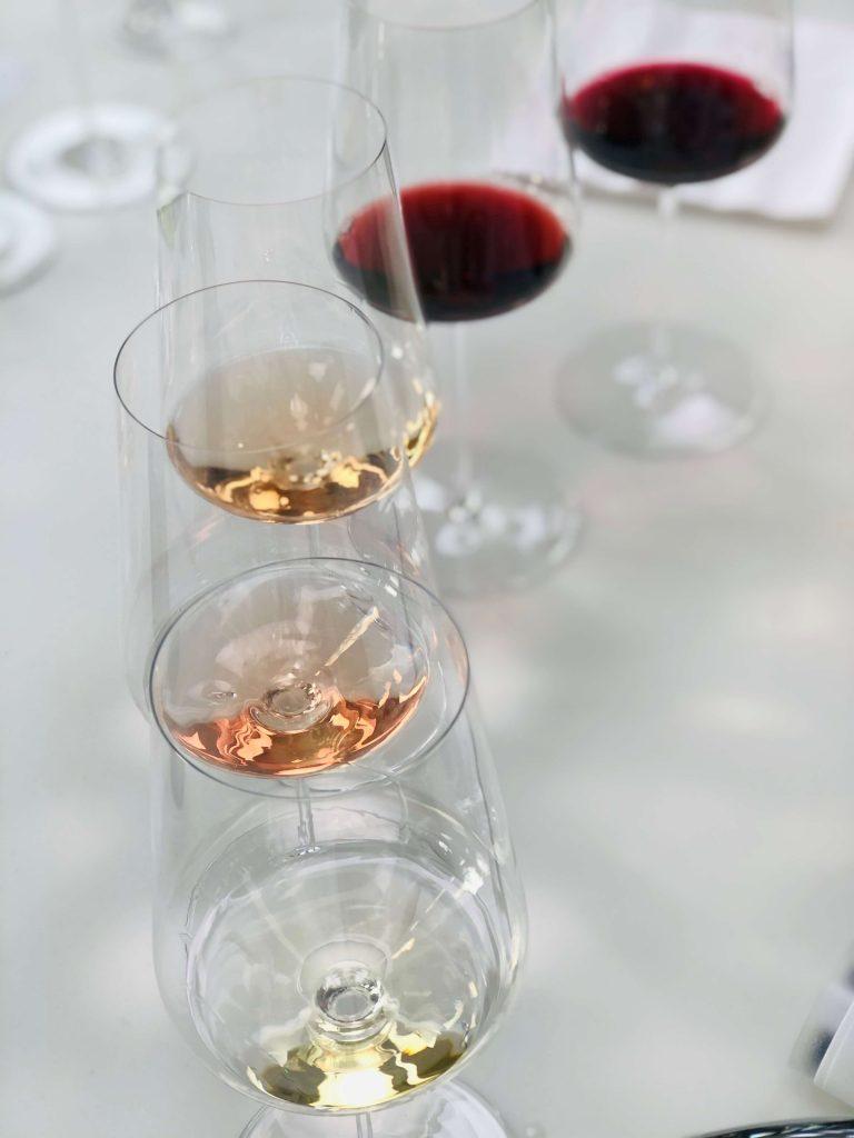 Nye viner i mars, er gjerne myntet på viner som gir vårstemning og passer til påskelam. Her er noen av mine favoritter blant dem som nå settes ut i hyllene på Vinmonopolet.