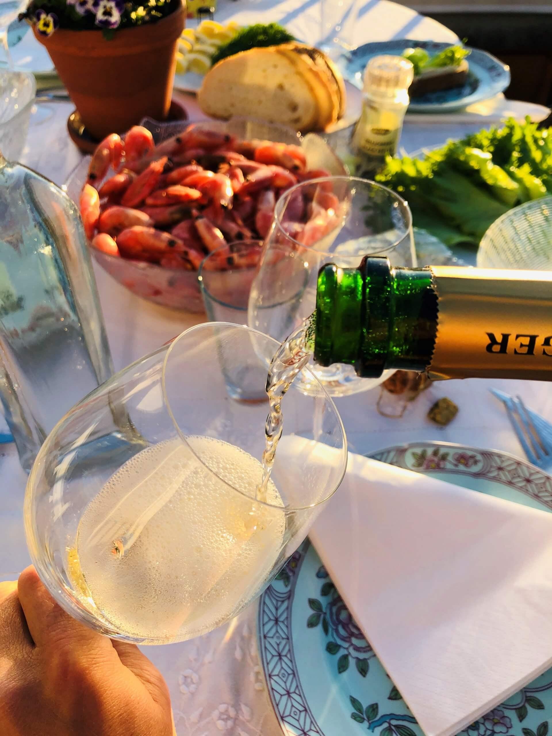 Sommer og sol innbyr gjerne til lyst og lett i glasset og på tallerken. Her kommer forslag til 7 hvitviner til reker som bør passe, og som ikke koster alt for mye.