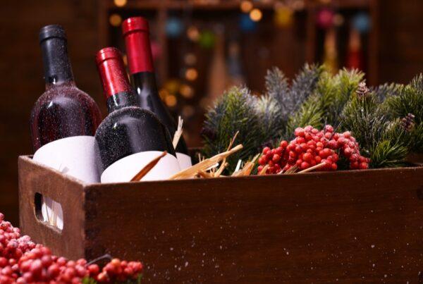 Hvordan velger du viner til julemat? Her er omtale av forslag til 21 røde-, hvite- og musserende viner som bør passe til ribbe og pinnekjøtt.