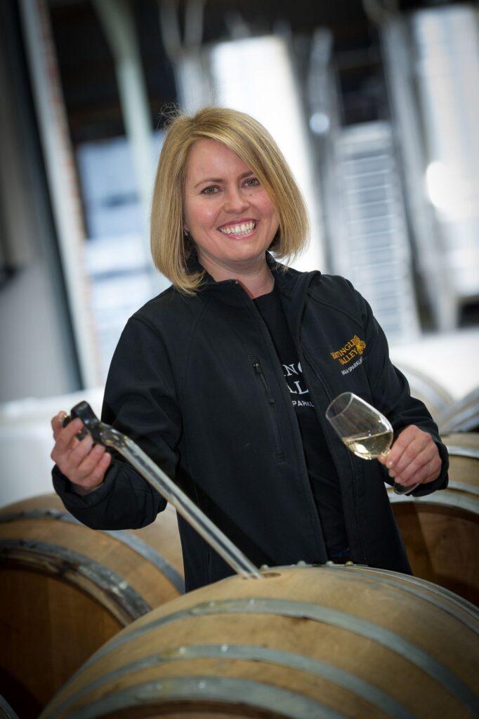 – Jeg pleier å si til damer som drikker Prosecco , drikk noe skikkelig, ler Emma Rice. Hun er en av stadig flere kvinner som lager vin.