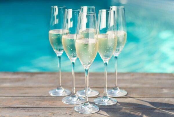 Champagne har lenge tronet på toppen, men får stadig flere utfordrere, som engelsk musserende. Her er forslag til noen edle, britiske bobler.