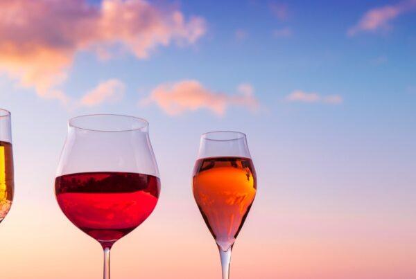 Det er overaskende mye godt og spennende når nye viner i juli settes ut i hyllene på polet. De er myntet på sol, sommer og ferie. Løp og kjøp!